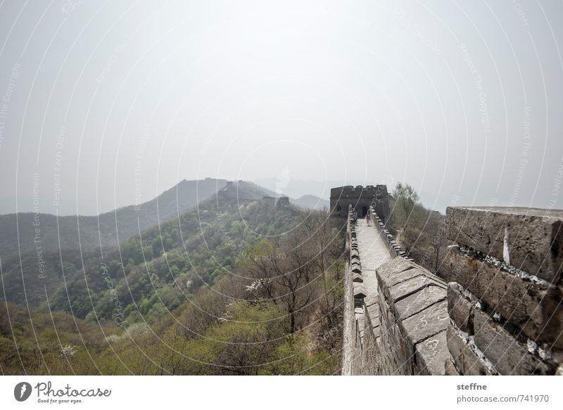 Auf der Mauer lauern Sonne Berge u. Gebirge Frühling Mauer außergewöhnlich Tourismus Schönes Wetter Schutz historisch Wahrzeichen Sehenswürdigkeit China Mutianyu Chinesische Mauer