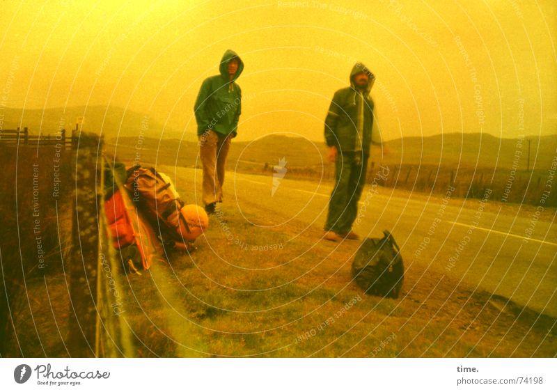 Lost in the Highlands Gegenlicht Ferien & Urlaub & Reisen Abenteuer Mann Erwachsene Freundschaft schlechtes Wetter Regen Straße Willensstärke Mut Leidenschaft