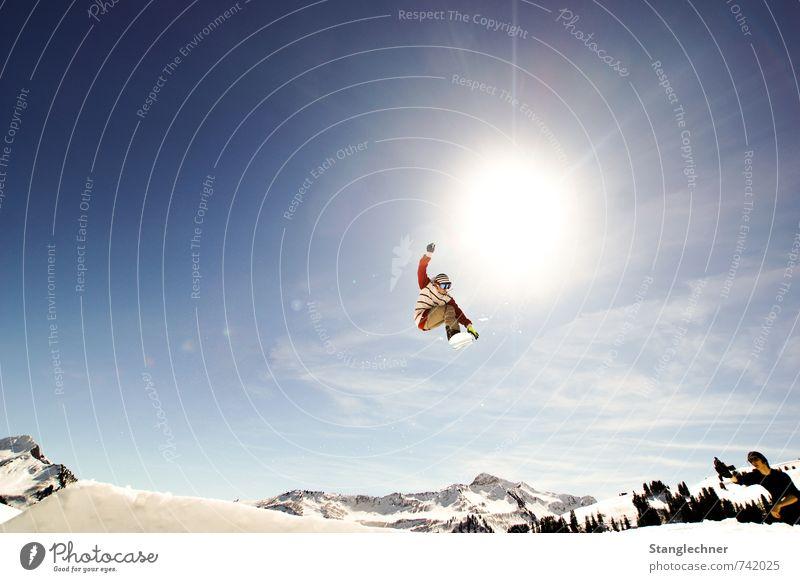 Jump to the sun Mensch Himmel blau weiß schwarz gelb Schnee Sport fliegen springen maskulin Tourismus verrückt hoch Schönes Wetter Abenteuer
