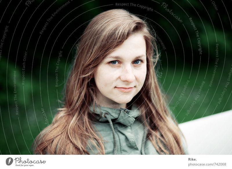 Blasse Schönheit. Mensch Jugendliche schön Junge Frau 18-30 Jahre kalt Erwachsene Gesicht feminin natürlich Glück Zufriedenheit blond Lächeln Coolness Freundlichkeit
