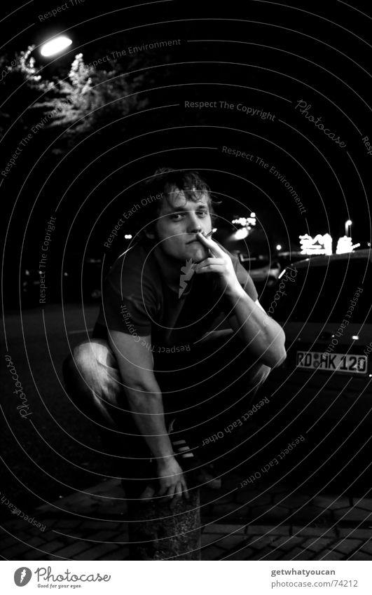 Das Licht, der Pfosten, der Junge und ich Mann Straße dunkel PKW Lampe Zufriedenheit Arme sitzen Coolness Rauchen Laterne Gelassenheit Zigarette Pfosten hocken hockend