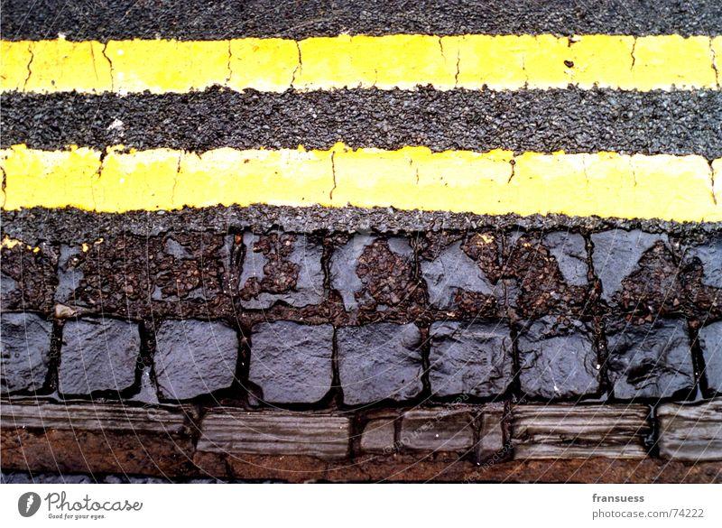 oxford street Asphalt gelb braun schwarz nass Trennlinie parallel fahren Streifen Am Rand Wegrand Seitenstreifen Straße Stein Linie Wege & Pfade