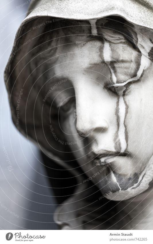 Porträt einer mamornen Maria Frau alt weiß Erwachsene Senior Gefühle grau Denken Religion & Glaube Kopf Kunst Stimmung dreckig authentisch Hoffnung Trauer