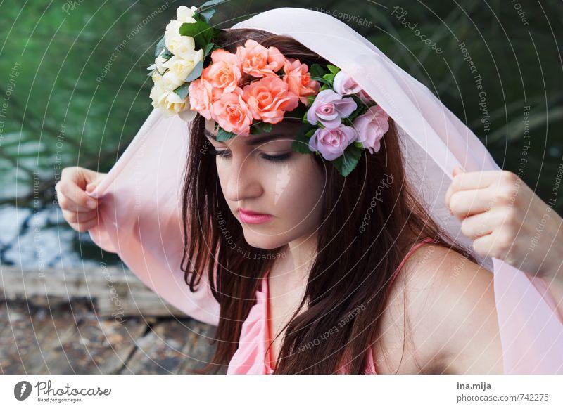 junge Frau mit Blumenkranz im Haar schön Mensch feminin Junge Frau Jugendliche Erwachsene Gesicht 1 13-18 Jahre Kind 18-30 Jahre Umwelt Natur Haare & Frisuren