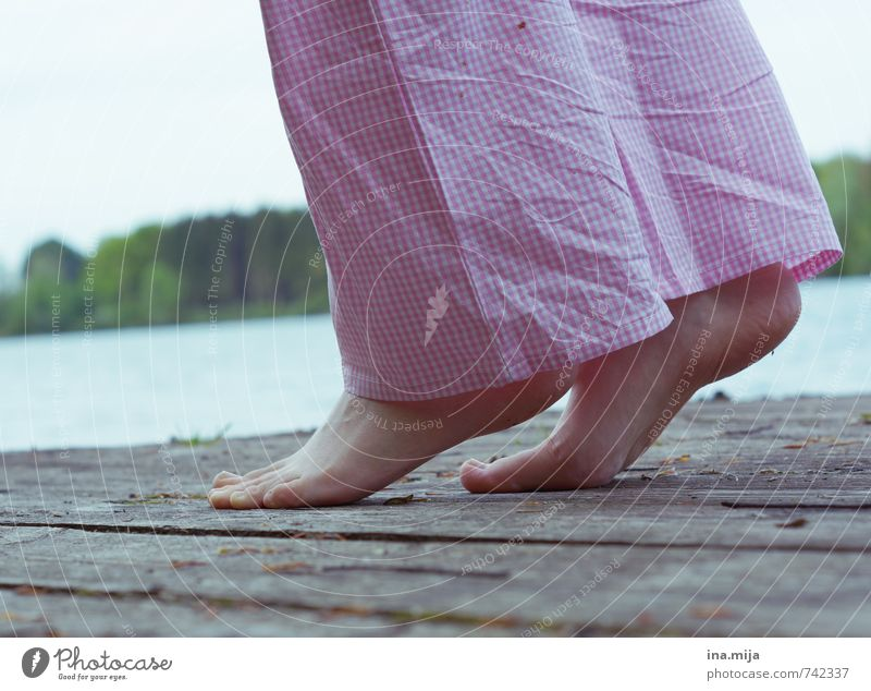 Morgenstunden Mensch Frau Jugendliche Wasser Sommer Erholung Junge Frau ruhig 18-30 Jahre Erwachsene Umwelt feminin Frühling gehen Fuß Zufriedenheit