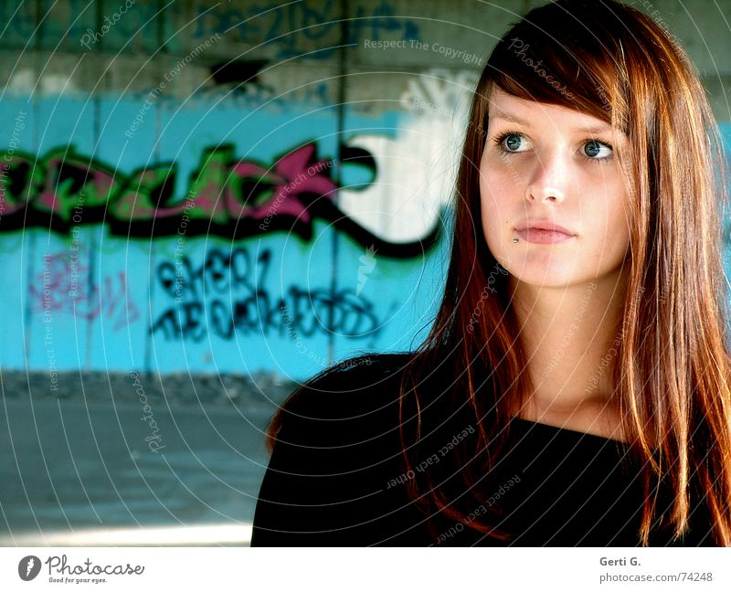 at first sight Frau Junge Frau schön langhaarig rothaarig Wand Mauer Fragen unklar zart weich lieblich Freundlichkeit unschuldig Sehnsucht Mensch Graffiti Blick
