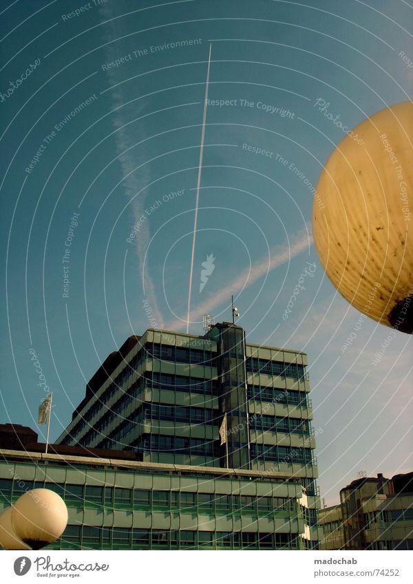 DAMIT DU FÜHLST WIE ICH Himmel Stadt blau Wolken Haus Fenster Leben Architektur Gebäude Freiheit fliegen Lampe oben Arbeit & Erwerbstätigkeit Wohnung Design