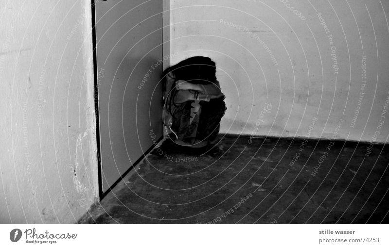 ALLEIN Missbrauch trösten Schutz Einzelkind verlieren ohne Einsamkeit Trauer ruhig Keller kalt gefangen Platzangst Angst Wut grau trist Kind Mädchen Kapuze