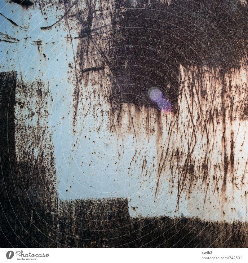 Heavy Metal Metall alt fest nah trashig Rost Kratzer Spuren Kratzspur Abnutzung Blendenfleck Zahn der Zeit Textfreiraum Farbstoff hell-blau rostrot schwarz
