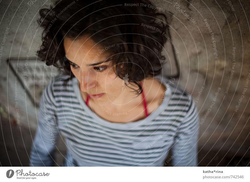 * Mensch feminin Junge Frau Jugendliche 1 18-30 Jahre Erwachsene Mauer Wand brünett Locken authentisch seriös Erotik braun grau Farbfoto Gedeckte Farben
