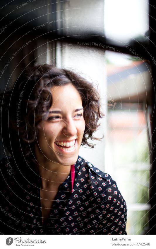 Smile! feminin Junge Frau Jugendliche 1 Mensch 18-30 Jahre Erwachsene Fenster brünett Locken lachen frech Fröhlichkeit Glück schön blau braun rosa schwarz