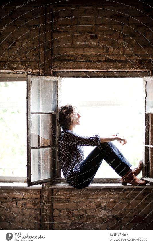* Mensch feminin Junge Frau Jugendliche 1 18-30 Jahre Erwachsene Jena Mauer Wand Fenster Jeanshose schwarzhaarig Locken träumen blau braun Freude Zufriedenheit