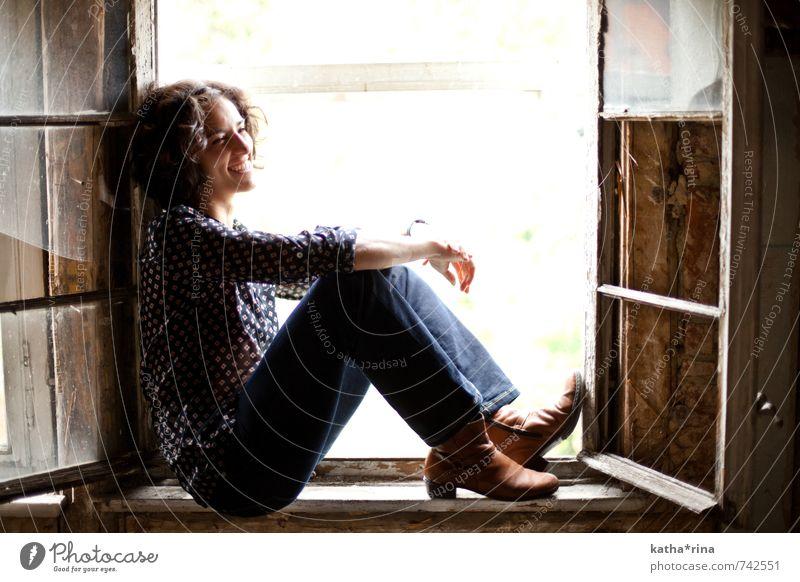 * Mensch feminin Junge Frau Jugendliche 1 18-30 Jahre Erwachsene Jena Fenster Jeanshose schwarzhaarig brünett Locken lachen sitzen Fröhlichkeit schön blau braun