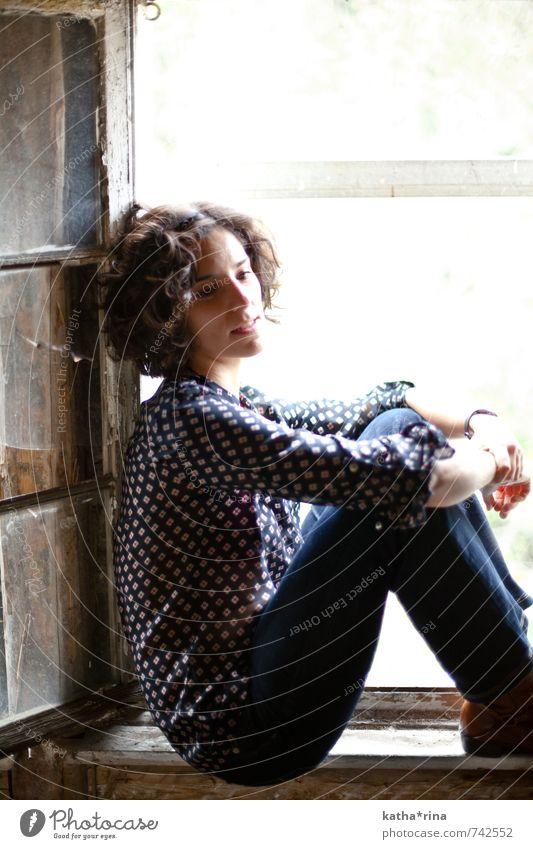 * Mensch feminin Junge Frau Jugendliche 1 18-30 Jahre Erwachsene Fenster Dach Jeanshose brünett Locken blau braun Einsamkeit Erholung Denken Farbfoto
