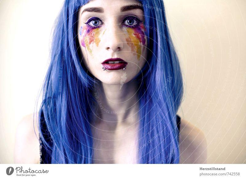 Farben schön Schminke Lippenstift Wimperntusche feminin Junge Frau Jugendliche 1 Mensch 18-30 Jahre Erwachsene Piercing Perücke Pony einzigartig rebellisch blau