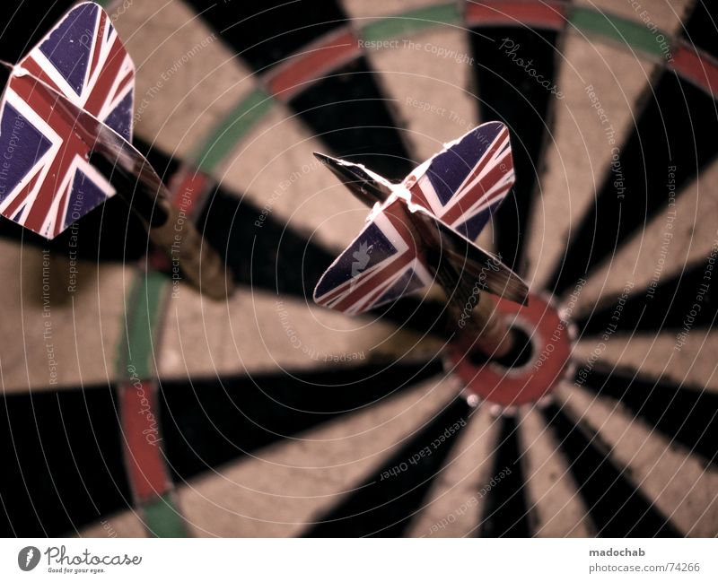 BULLSEYE | dart darts pfeile sport sports werfen unionjack Darts Volltreffer zielen Flugbahn Ferne Spielen Dartscheibe Union Jack England rot grün schwarz weiß