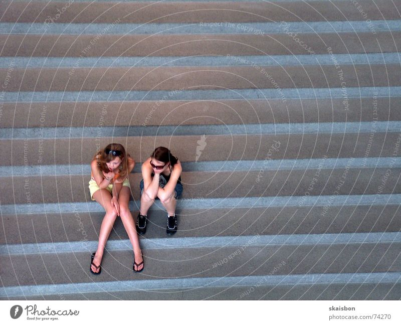 warten und ruhen Frau Jugendliche ruhig Erholung Linie Beine warten Erwachsene sitzen Treppe Pause beobachten unten Müdigkeit Langeweile
