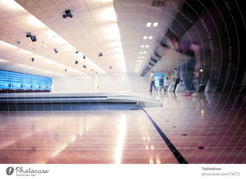 Prisma in die Vollen Eisenbahn Kugel werfen Bowling Sport Kegeln anlauf nehmen abgeworfen