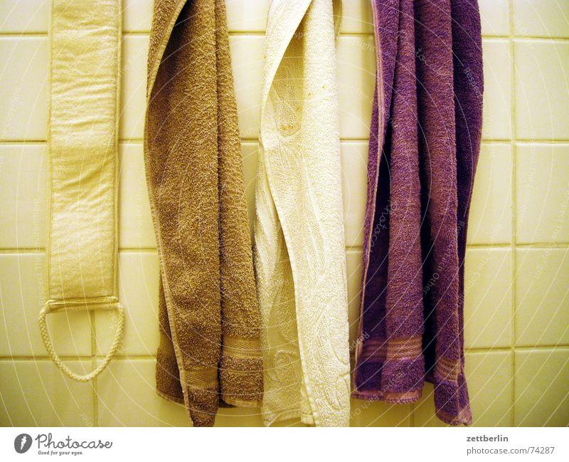 Im Bad weiß Erholung braun Reinigen Bad violett trocken Fliesen u. Kacheln Toilette Körperpflege beige Handtuch Mittag Jute