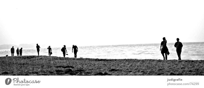 Am Strand Mensch Wasser Meer Strand schwarz Paar See Küste wandern gehen laufen paarweise mehrere Spaziergang Ostsee
