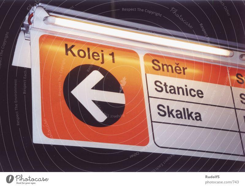 Gleis 1 Schilder & Markierungen Verkehr Eisenbahn Gleise U-Bahn Prag
