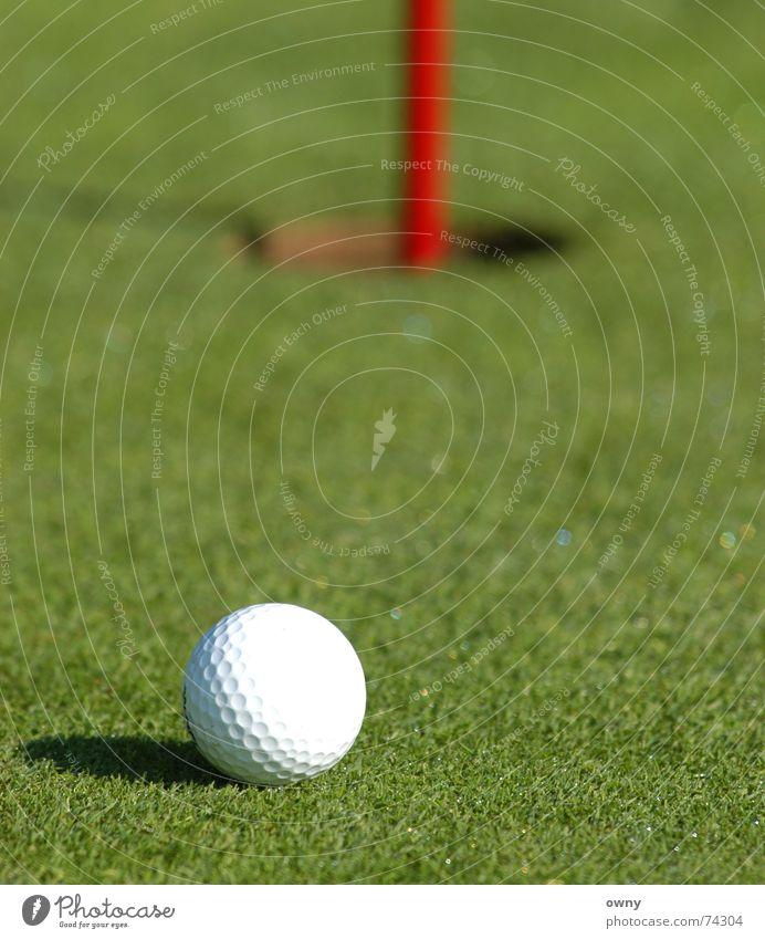 Einlochen Golfball grün Rasen Ball Loch verhaften patten