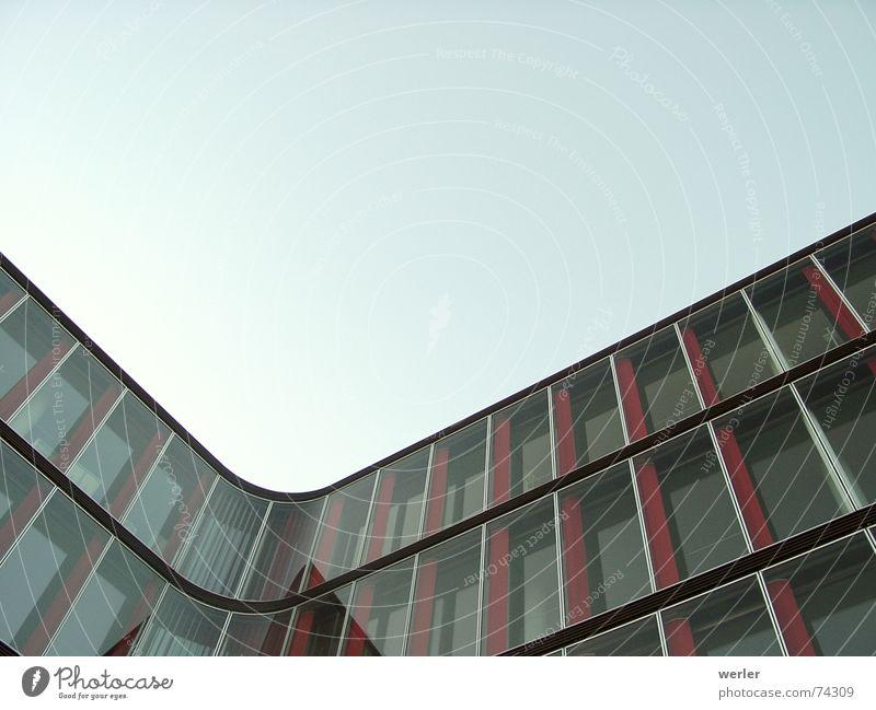Cornerstone Haus Fassade Reflexion & Spiegelung graphisch modern Glas Ecke Himmel ruhig konstruiert aussenaufnahhme extreme perspektive Architektur
