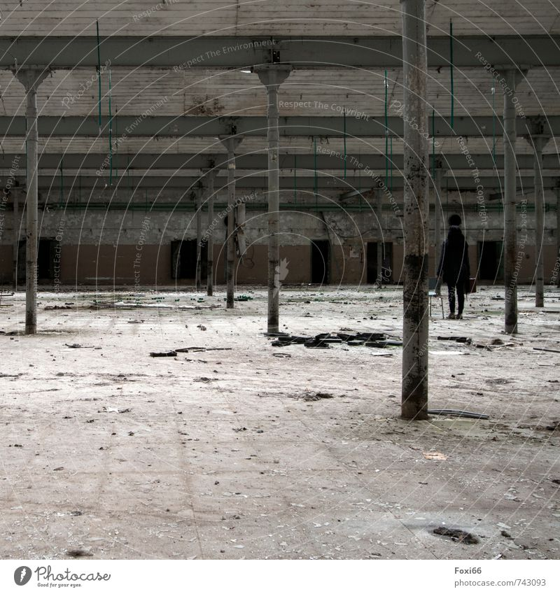am Ende Mensch Frau alt weiß schwarz dunkel Erwachsene Senior Architektur Stein braun Metall trist 45-60 Jahre Wandel & Veränderung Fabrik