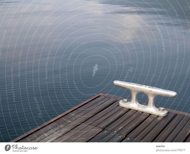 Keine Brandung. Kein Fels. Holz See Reflexion & Spiegelung Wasserfahrzeug Haken Außenaufnahme graphisch ruhig Regen Steg entdecken Menschenleer konstruiert