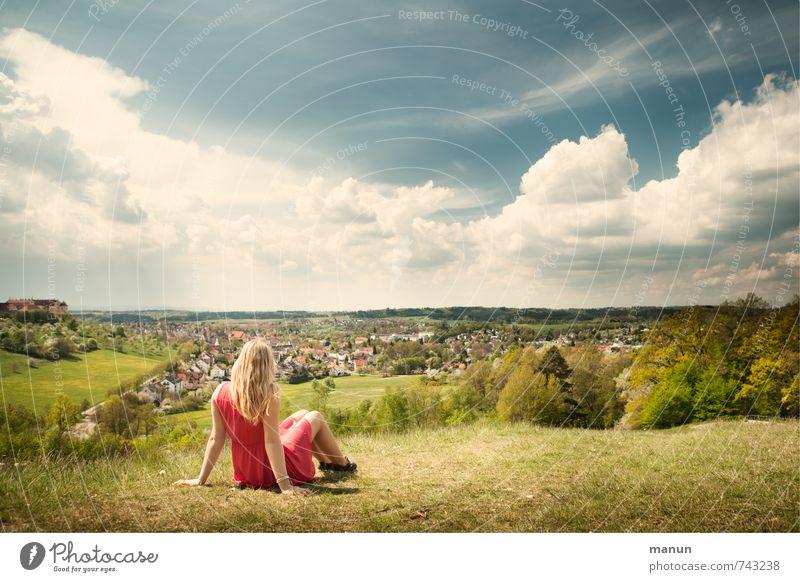 Hochsitz Mensch Jugendliche Ferien & Urlaub & Reisen Sommer Sonne Erholung Junge Frau Landschaft ruhig 18-30 Jahre Ferne Erwachsene Leben Frühling träumen