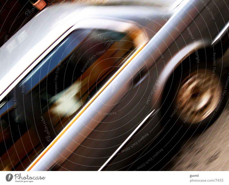 BMW beim cruisen Straße Verkehr Geschwindigkeit fahren
