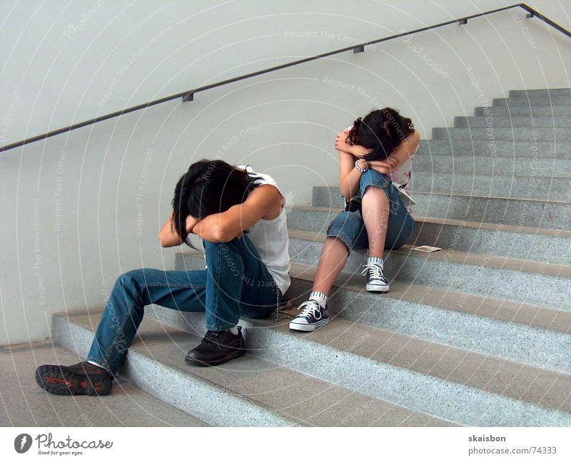 warten und ruhen -2- ruhig Erholung Kopf Linie schlafen sitzen Treppe modern Pause beobachten Müdigkeit Messe Langeweile Geländer