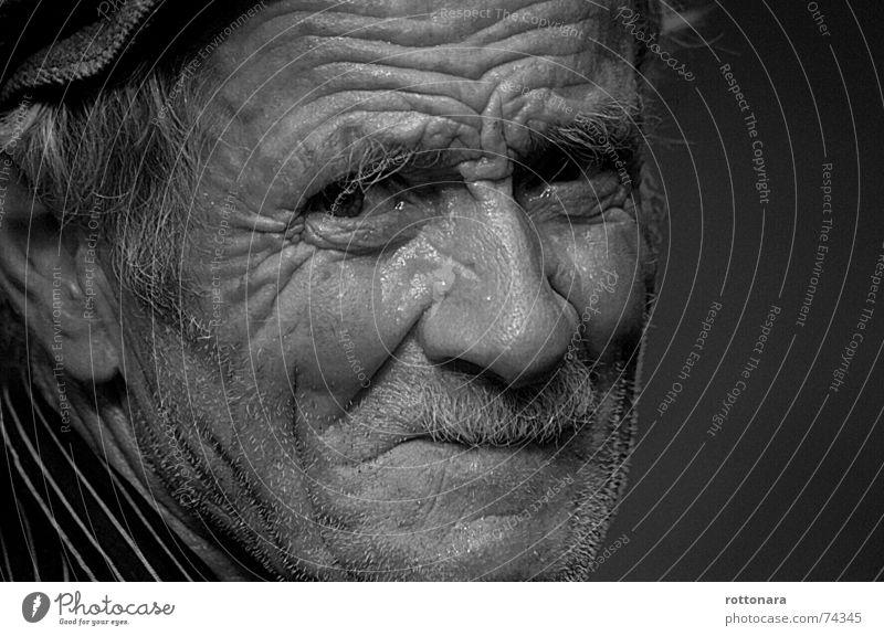 Agostin Großvater Zeit erinnern sensibel Senior Trauer Bart Mann Porträt Gesicht Falte Leben Gefühle Vergangenheit Blick Landwirt Traurigkeit Müdigkeit weinen