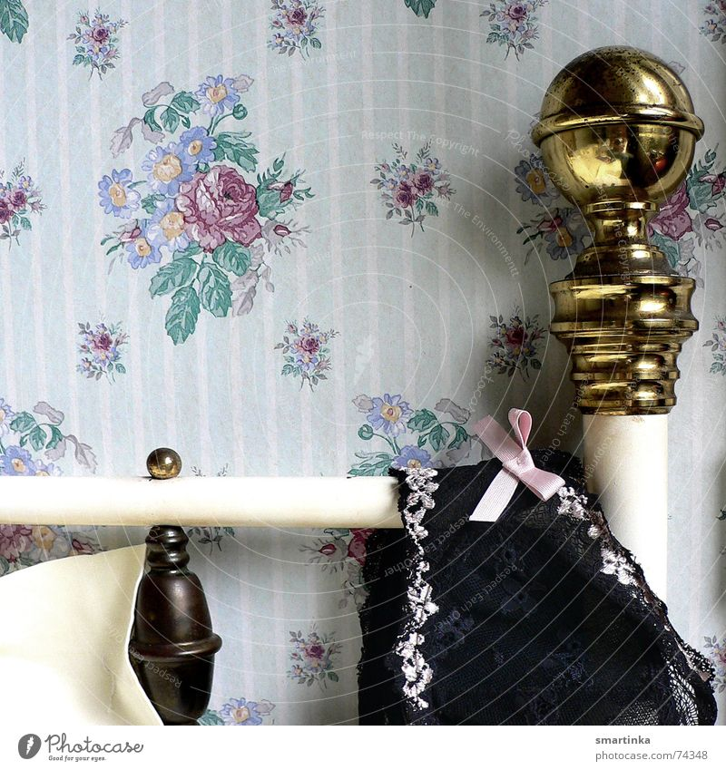 Bon jour chérie II. Guten Morgen Hotelzimmer Frankreich aufwachen Bett Messing Tapete Zeit Romantik Unterwäsche BH chérie chérie comment ça va? chambre d'hôtel