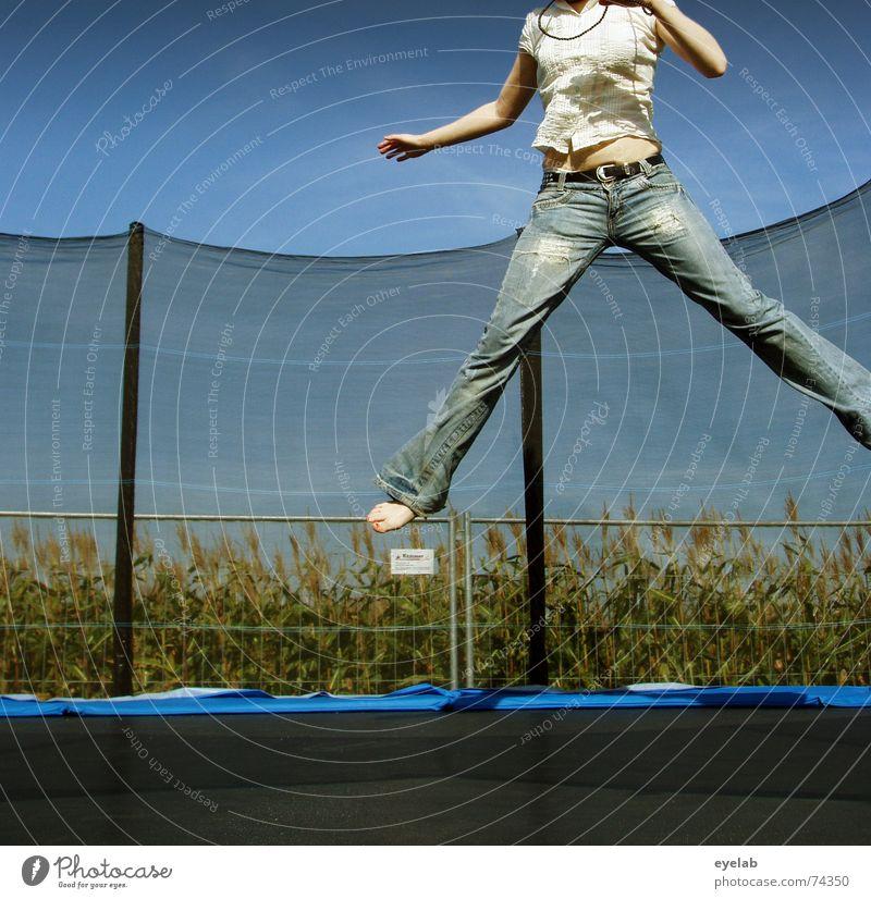 Scheiss Stativkamera ! Himmel blau Sommer weiß Freude schwarz Beine springen Feld Arme Hoffnung Sehnsucht Zaun Jeanshose Korn Trampolin