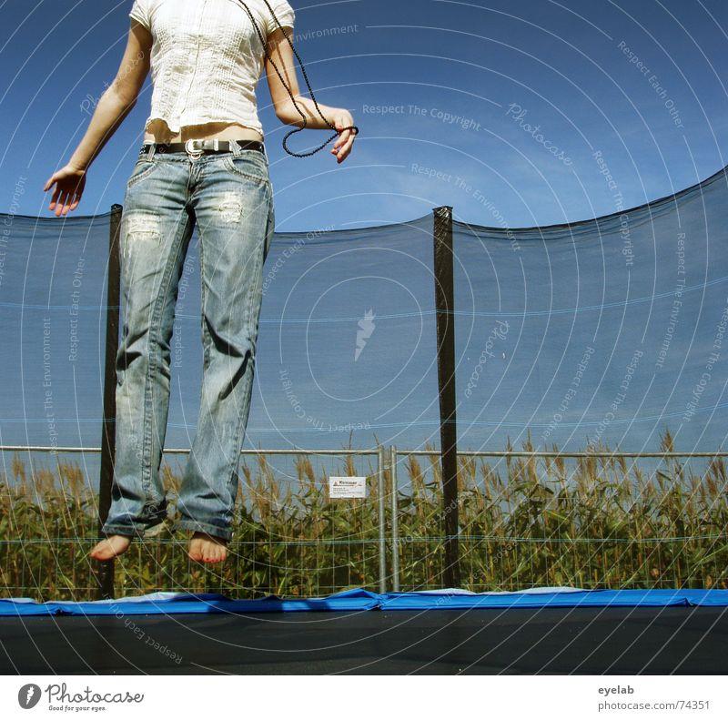 Scheiss Auslöseverzögerung ! Trampolin Himmel Feld Zaun schwarz weiß springen Hoffnung Sehnsucht Sommer sky field fence bording Arme Beine legs arms Jeanshose