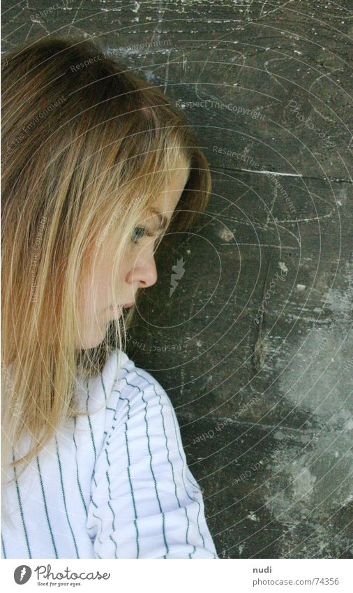 einfach sein ll Frau Natur Mädchen Einsamkeit Haus Gesicht Auge Haare & Frisuren Kopf Mauer sitzen Nase Hütte Gedanke Pullover verträumt