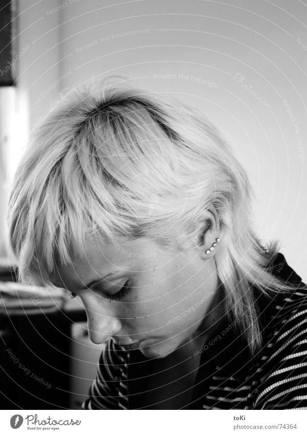 lesen Arbeit & Erwerbstätigkeit Praktikum Laune Lust Unlust Piercing blond Kreis Stil schön Nachmittag Wachsamkeit Frau Konzentration Schwarzweißfoto righe