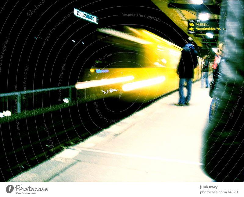 U2 U-Bahn Schönhauser Allee Berliner Verkehrsbetriebe Öffentlicher Personennahverkehr Verkehrsmittel Prenzlauer Berg gelb Stadt Nachtleben Bewegung Ankunft