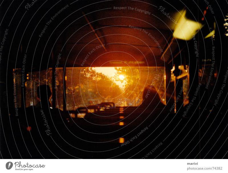 Arbeitsweg Sonne Winter dunkel orange Bus grell Schiffsdeck Busfahren Krematorium Oberdeck