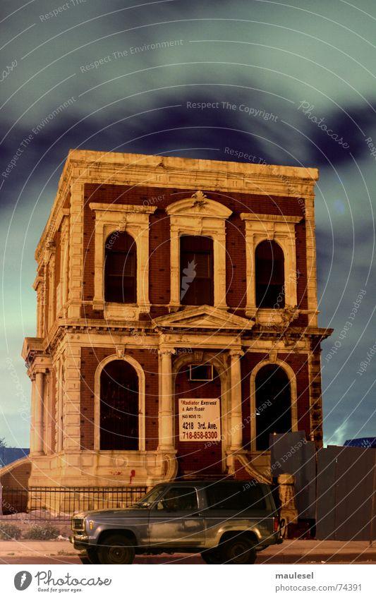 last house standing New York City Geisterhaus Geländewagen Brooklyn Sport Utility Vehicle Nacht Traumhaus Parkplatz Bauzaun victorian Nachtaufnahme heaven