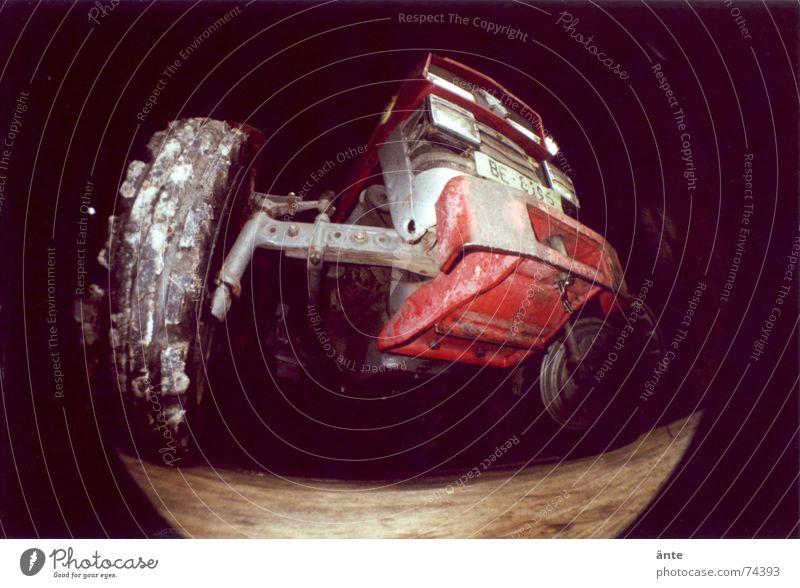 Ferguson mal anders Traktor Fischauge Lomografie dominant Oldtimer Fahrzeug massiv Macht analog dunkel auftauchen groß Reifen Bauernhof Verkehrsmittel stark