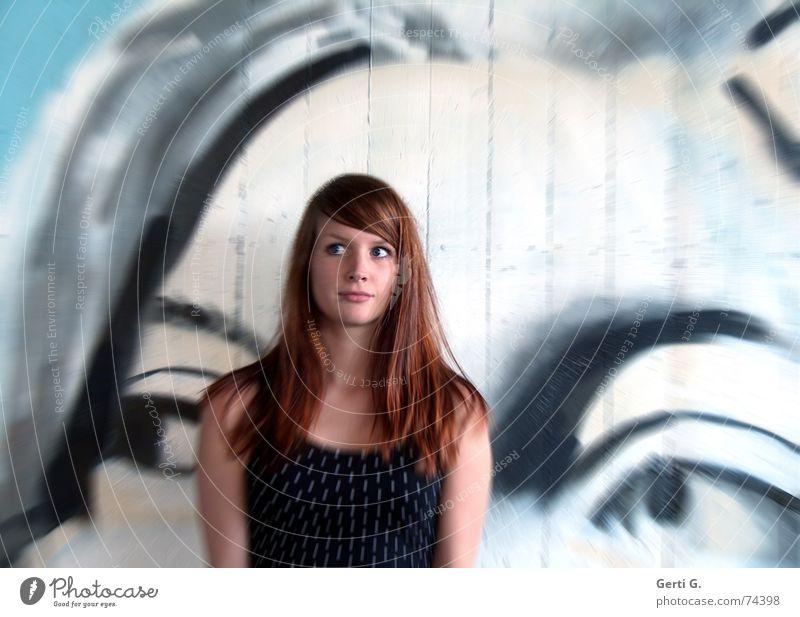 mitten zwischen die Augen Unschärfe Frau Junge Frau Oberkörper langhaarig rothaarig schön Freundlichkeit Schulter Wand Wandmalereien Porträt Bewegungsunschärfe