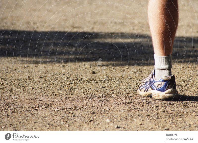 einarmiger Mann Mensch Schuhe Beine Bodenbelag Strümpfe