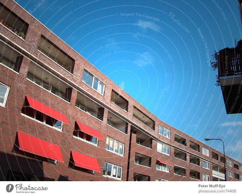 Schöner Septembertag in .... Haus Fassade Stadt Wohnung Markise Backstein Stadthaus Himmel blau Straße Plattenbau Architektur