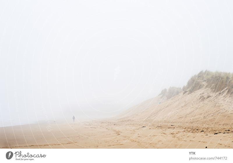 Coming out of the Fog Mensch Natur Einsamkeit Landschaft Ferne Strand dunkel kalt Umwelt Küste Stimmung Horizont Angst Nebel Klima einzeln