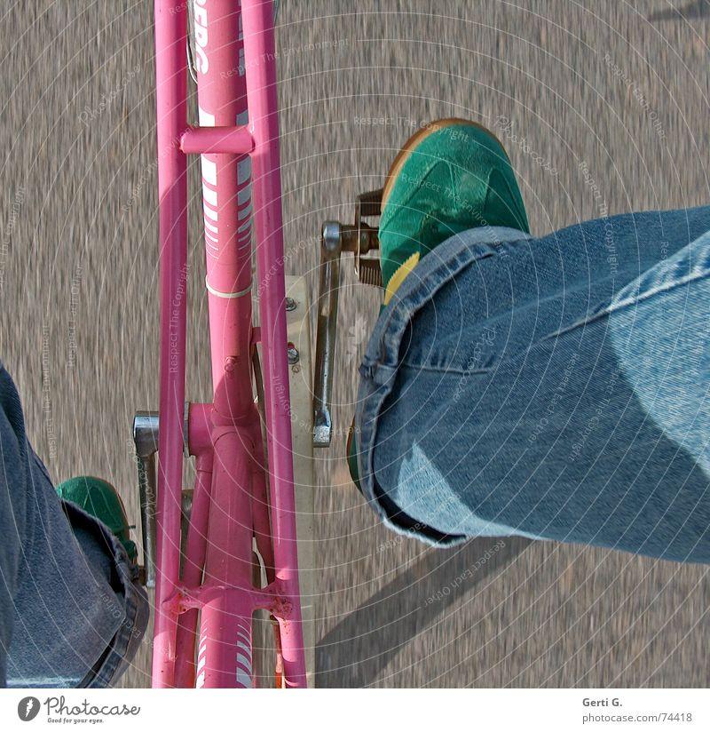 I want to ride my bicycle Bewegung Fahrrad rosa Geschwindigkeit fahren Fahrradfahren Turnschuh Fahrradrahmen unterwegs Bildausschnitt Anschnitt Pedal Hosenbeine Damenfahrrad