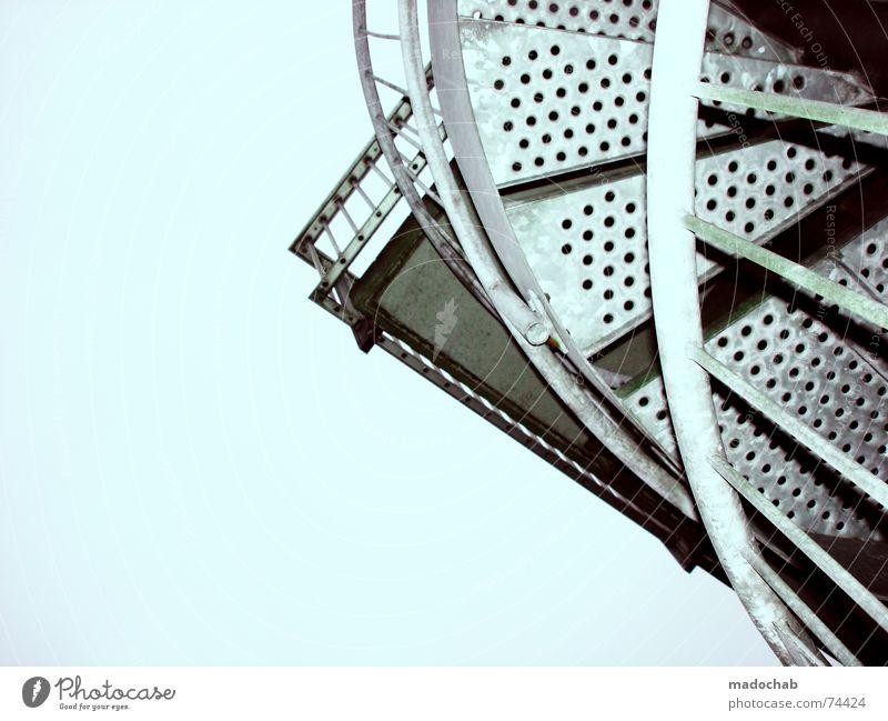 KARRIERELEITER Stab Loch Himmel Wolken schlechtes Wetter himmlisch Götter Unendlichkeit Ecke unten schreiten gekrümmt Wendeltreppe Metall Treppe stairs Geländer