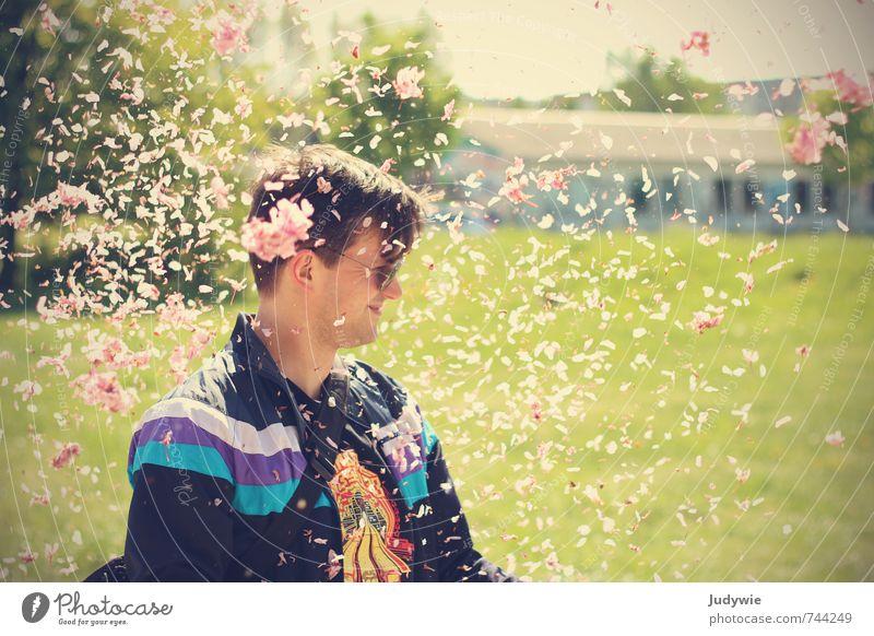 Yeah, Blütenblätterkonfettiregen! Mensch Natur Jugendliche Mann Blume Freude Junger Mann 18-30 Jahre Umwelt Erwachsene Wiese Blüte Frühling Glück Feste & Feiern rosa
