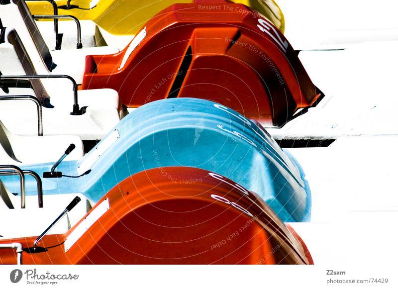 Tretboote blau Wasser Ferien & Urlaub & Reisen rot Freude gelb Bewegung See Wasserfahrzeug nass fahren Ziffern & Zahlen Fahrzeug treten ankern Tretboot